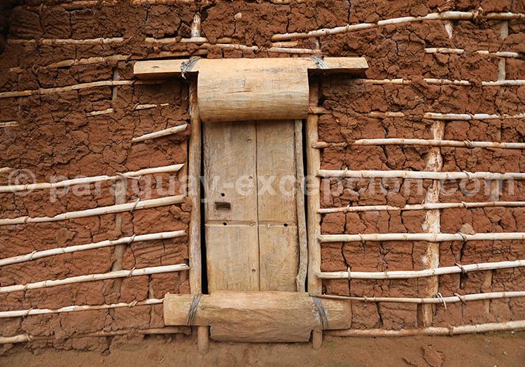 Porte en bois et mur en terre avec Paraguay Excepción