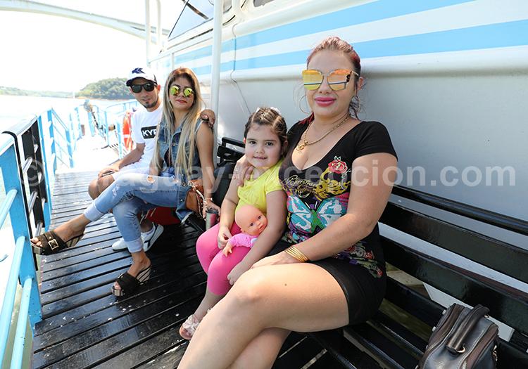 Famille paraguayenne sur un bateau, Paraguay