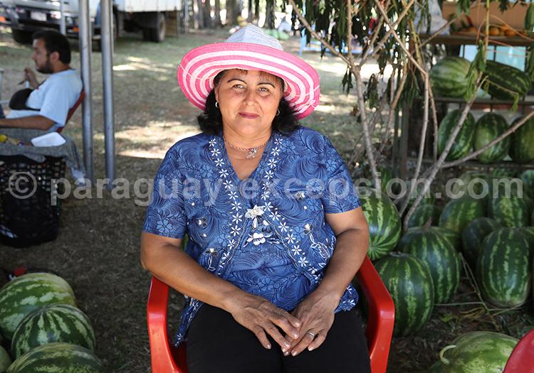 Portrait d'une femme au chapeau à la fiesta de la sandía, Paraguay