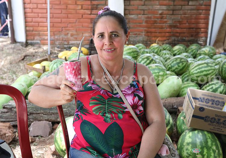 Femme buvant le maté au Paraguay
