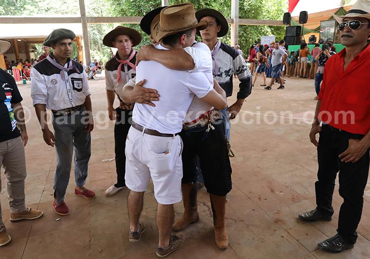 Embrassades pour saluer au Paraguay