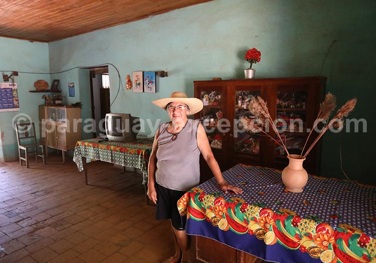 Femme de Santa Maria de Fe dans sa maison, Yvy, Paraguay