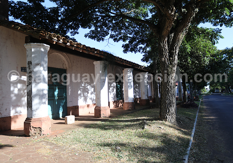 Les maisons au style colonial de San Juan Bautista, Paraguay