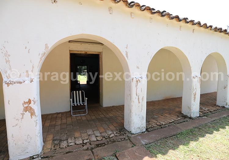 Style colonial des maisons sur la place principale de la ville de Santa Maria de Fe, Paraguay