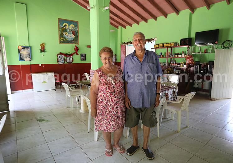 Couple de paraguayens dans leur restaurant à Santa Maria de Fe, Yvy, Paraguay
