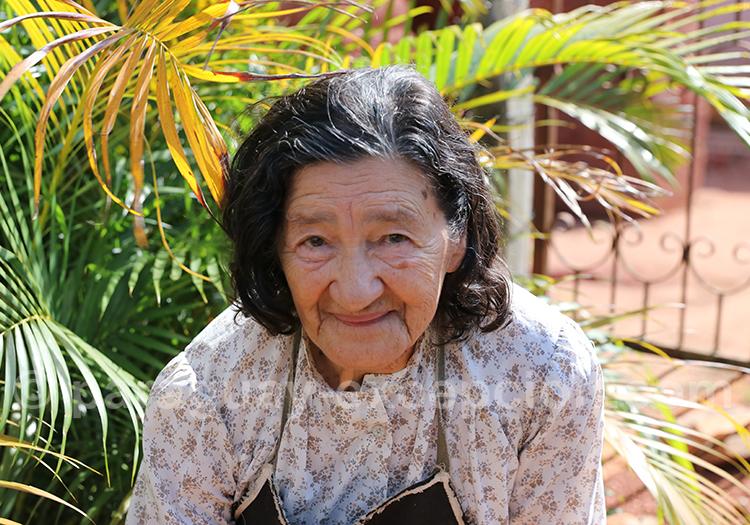 Portrait de femme au fond de son jardin, Santa Rosa de Lima, Paraguay