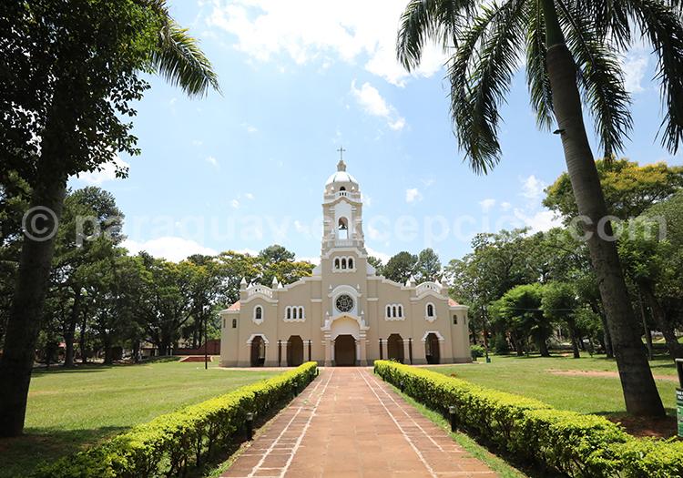 Allée principale qui mène à l'église de San Ignacio Guazu, Paraguay
