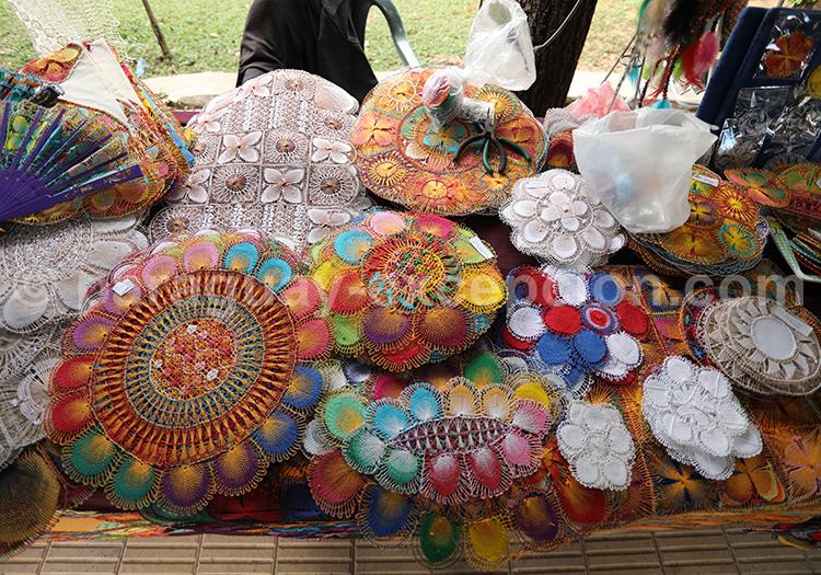 Étalage de tissus Ñanduti au Paraguay