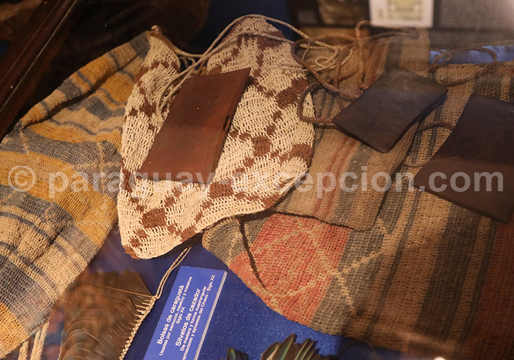 Objets guaranis exposés au musée de San Ignacio Guazú, Paraguay