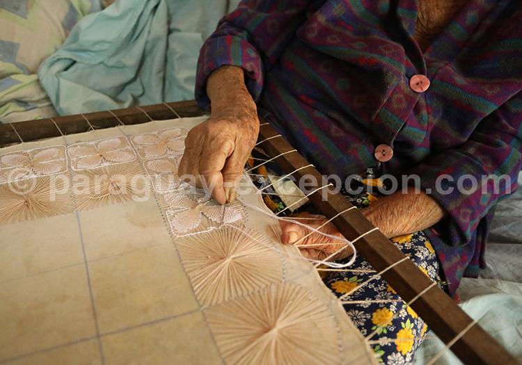 La fabrication du tissage Ñanduti, Paraguay