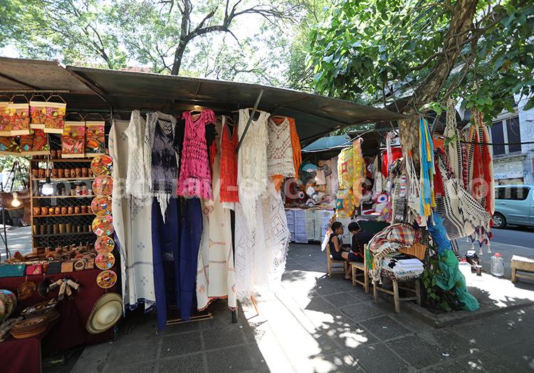 Les étalages du marché artisanal d'Asunción