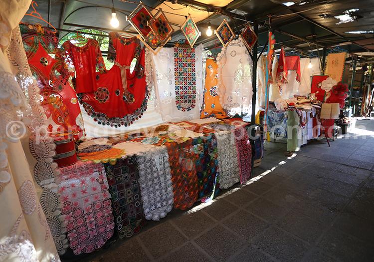 Acheter des souvenirs au marché artisanal d'Asunción