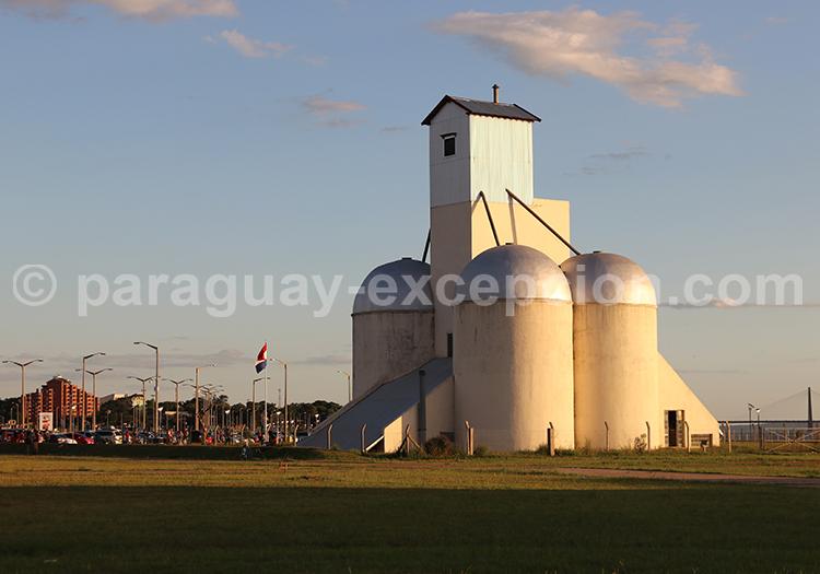 Le bord du rio Paraná à Encarnación, Paraguay
