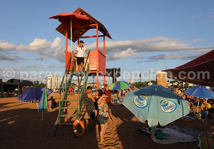 Surveillant de baignade sur la plage d'Encarnación, Paraguay