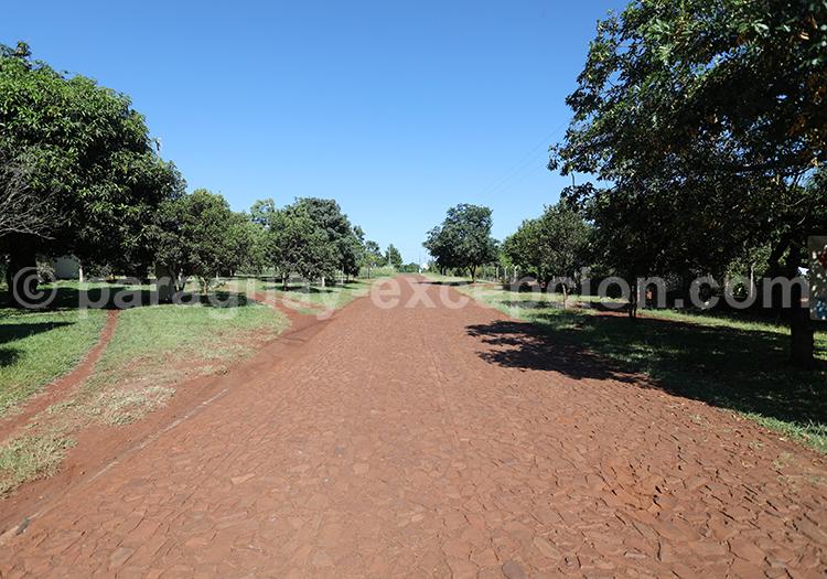 Route qui mène à la mission jésuite Jesús de Tavarangue, Paraguay