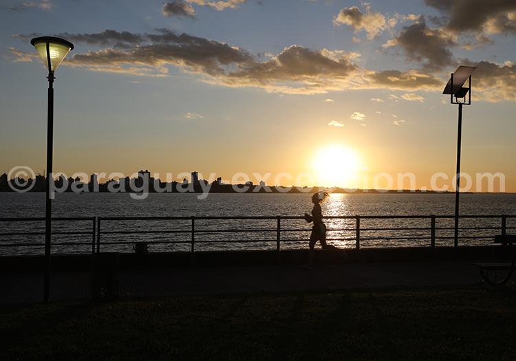 Coucher de soleil d'Encarnación, la costanera, Paraguay