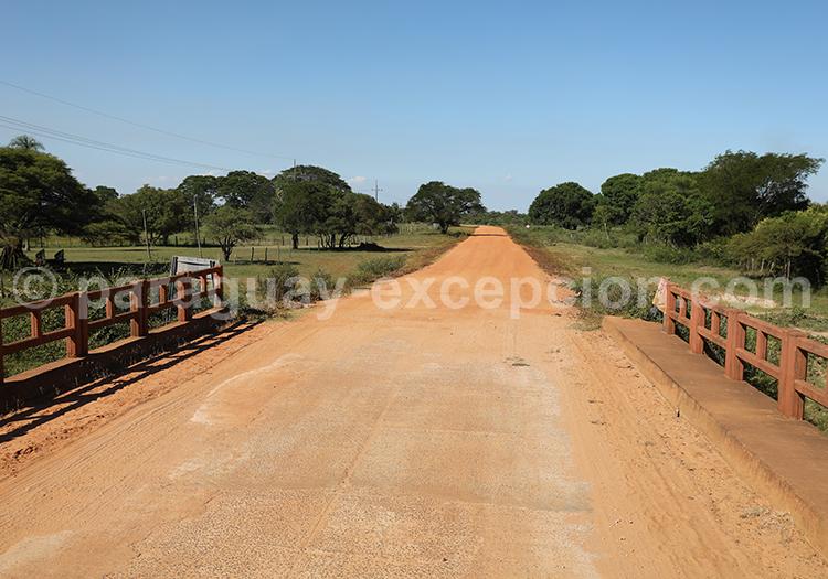 Chemin en terre du sud du Paraguay dans la région Yvy