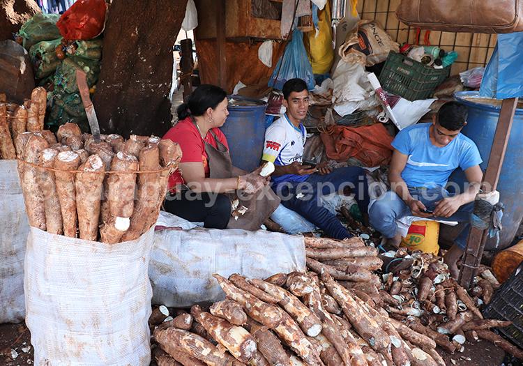 Acheter du manioc au marché Abasto de Ciudad del Este, Paraná