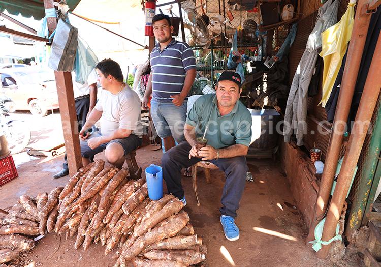 Vendeur de manioc à Ciudad del Este, Abasto