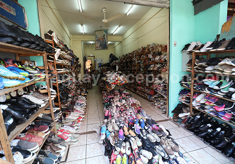 Magasin de chaussures au marché Abasto, Ciudad del Este