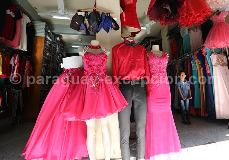 Acheter des vêtements au marché Abasto, Paraguay