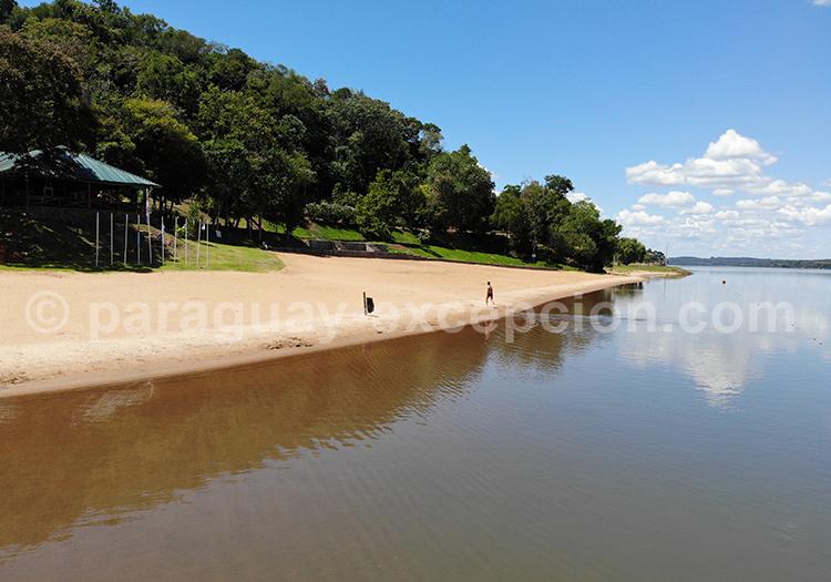 Sur le bord du fleuve Paraná, Paraguay