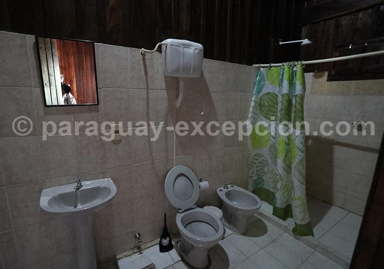 Salle de bain de Tres Gigantes, Chaco, Paraguay