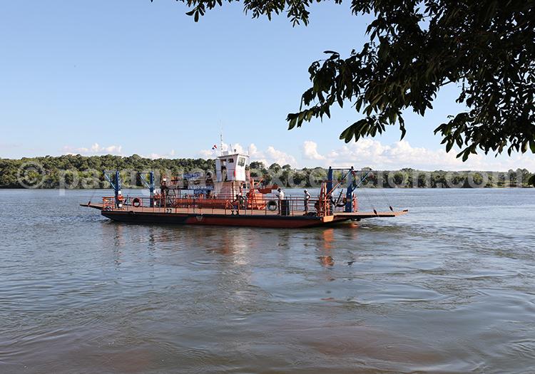 Le bac qui relie Bella Vista au Paraguay avec Corpus en Argentine