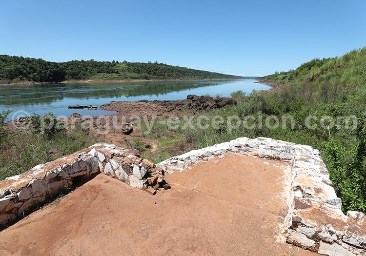 Les rives du Paraná, fleuve d'Amérique latine au Paraguay