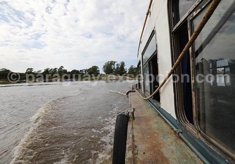 Le bateau qui fait la navette entre Pilar au Paraguay et Colonia Cano en Argentine